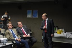 Roberto Andrade ouve explicações de representante da concessionária que administra o aeroporto