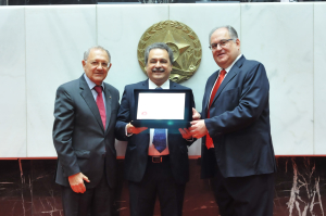 Os deputados Hely Tarqüínio e Roberto Andrade entregaram ao presidente da empresa placa alusiva à comemoração