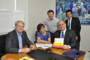 Prefeito Márcio Lacerda e deputados Antônio Lerin e Wander Borges dão as boas-vindas a Roberto Andrade na sede do PSB mineiro