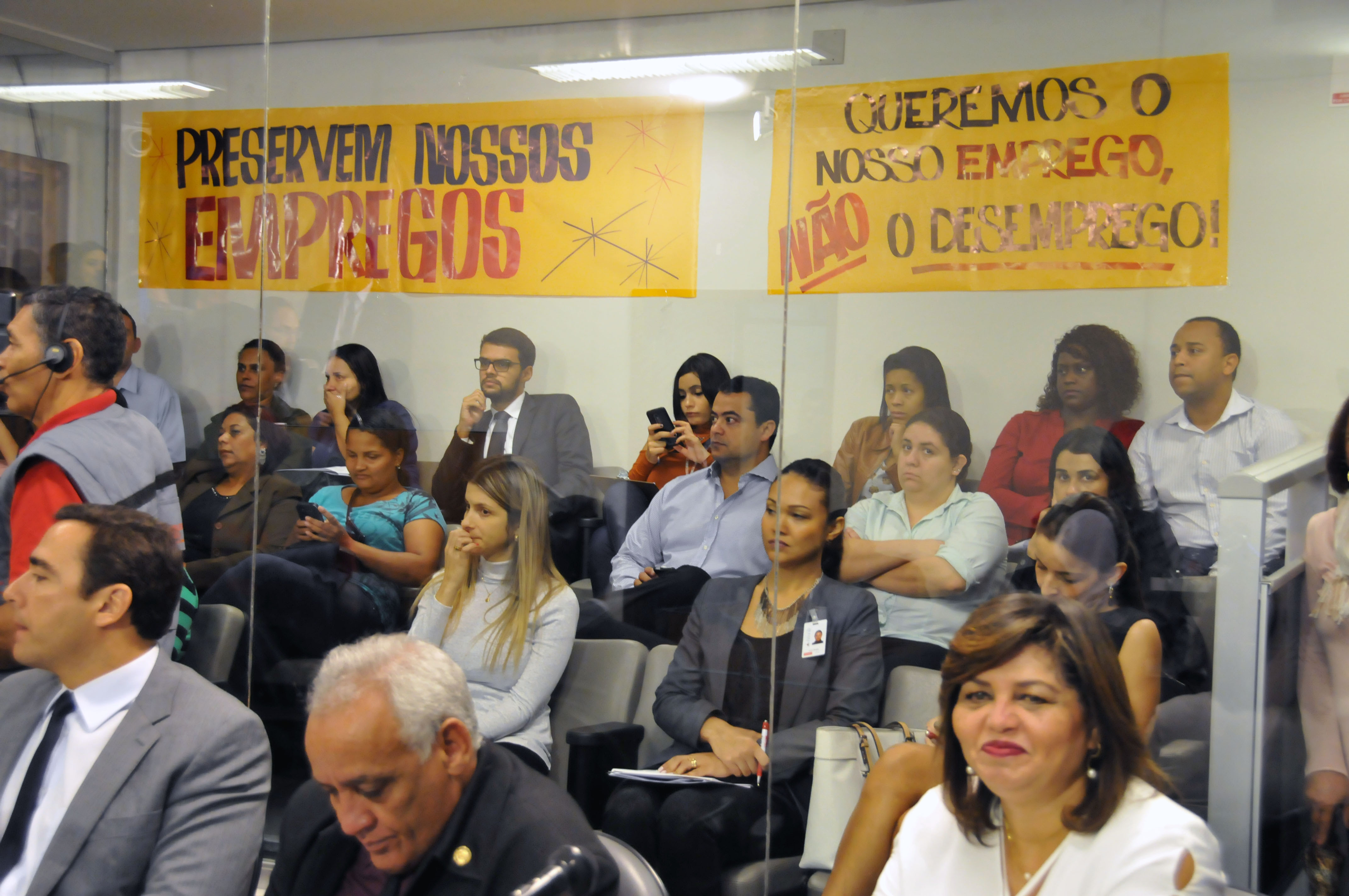 Participantes da reunião protestaram contra projetos que defendem fechamento de mercados aos domingos - Foto: Pollyanna Maliniak