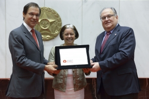 A reitora da UFV, Nilda de Fátima Ferreira Soares, recebeu placa alusiva à homenagem - Foto: Clarissa Barçante