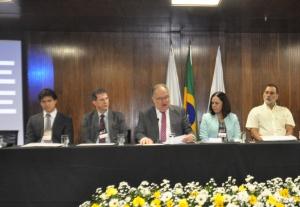 Roberto Andrade discursa na abertura do congresso ao lado do corregedor da PF Marcílio Manfré, do secretário Sérgio Menezes (Defesa-MG), da juíza federal Rogéria Debelli e do procurador André Pereira