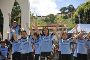 Crianças do Projeto Voar realizam apresentação de hip hop